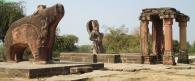 Visnu-templom. Jobbra a templom bejárati oszlopai, középen Visnu szobra az egykori szentély helyén, balra Visnu Vadkan megtestesülése. Eran, Madhya Pradesh (Sagar District), Gupta-kor, 5. század, 6. század eleje