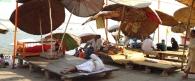 Zarándokok fogadására váró bráhmana papok a Gangesz partján. Dasasvamédha Ghat, Váránaszí (Benáresz)