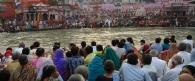 Esti áldozat előkészületei a Gangeszen Haridwarnál. Uttarakhand, India