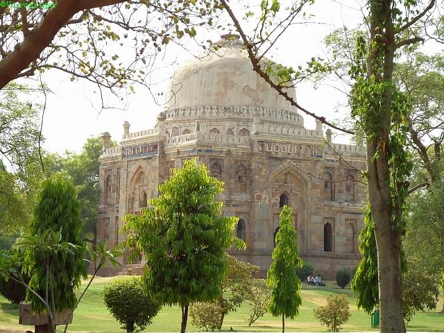 Bara Gumbad. Lódhí-dinasztia, 15. század. Oromzatát mázas csempe díszíti. Indiában az iszlám megjelenése előtt nem készítettek mázas kerámiát.
