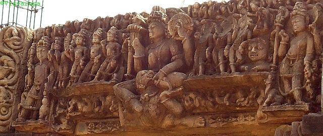 Templomi dombormű Visnu, Brahmá, Siva és a kilenc bolygóisten ábrázolásával. Tewari, Madhya Pradesh, 11. század