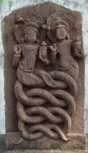 Nága és nágí, azaz összecsavarodott testű kígyópár. Deori, Madhya Pradesh (Sagar District), 11-12. század