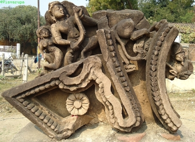 Füzértartó égi zenész (gandharva). Khurai (Sagar District), 12-13. század