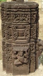 Oszlop gazdag növényi ornamentikával. Marh-Pipariya, Madhya (Sagar District), 13-14. század