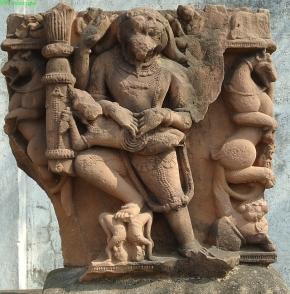 Naraszimha, azaz Visnu emberoroszlán megtestesülése. Khurai (Sagar District), 12-13. század. A démont belező kezek itt is figyelmet érdemelnek!