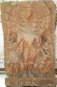 Visvarúpa Visnu. Ez a dombormű ottjártamkor felirat nélkül állt a benáreszi hindu egyetem múzeuma szoborgalériájának folyosóján. Gupta-kor, 5. század