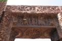 A Devrani templom bejáratának szemöldök-gerendája Siva és Párvatí ábrázolásával