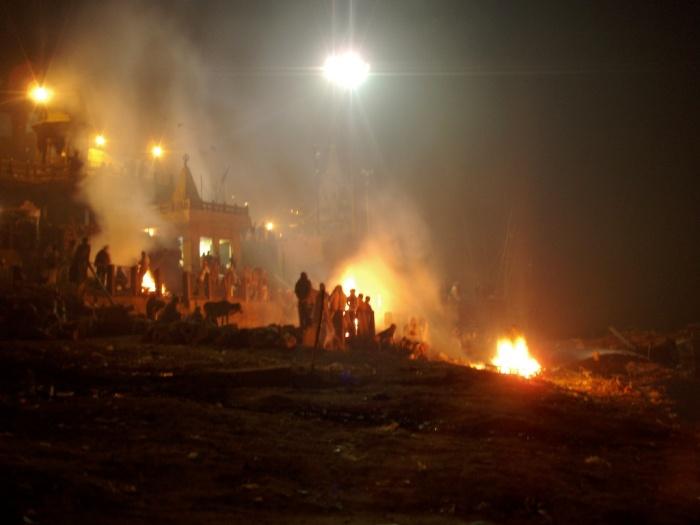 Halotti máglyák. Manikarnika Ghat, Varanasi (Benáresz). Kép forrása: http://www.flickr.com/photos/fyunkie/947823175/