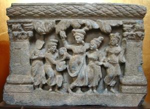 Gautama Sziddhártha születése. Gandhára, 2-3. század. ZenYouMitsu Temple, Tokyo. Májá a fa ágába kapaszkodva ad életet a leendő Buddhának.