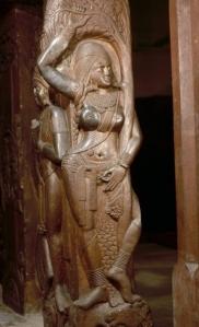 Jaksiní a bhárhuti sztúpa kerítéséről. Neve Csandrá (Hold), arcán tetoválás. Asóka fa ágába kapaszkodik. Kb. i. e. 100-80. Indian Museum, Kolkata