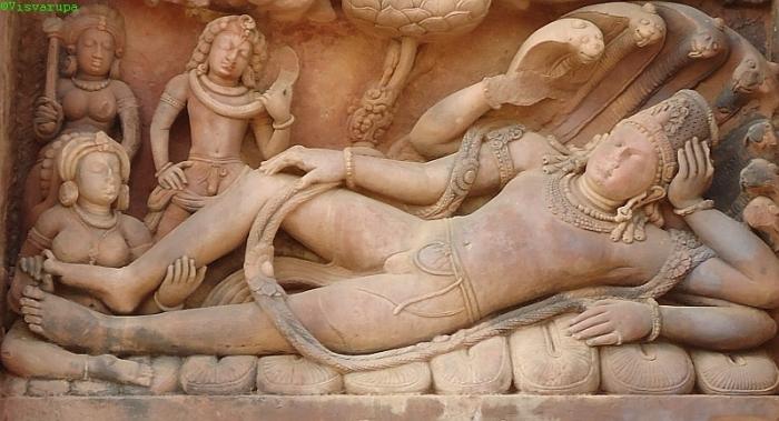 Laksmí a Végtelenség Kígyóján fekvő Visnu lábánál. Dasavatara templom, Madhya Pradesh, Deogarh, 5. század.