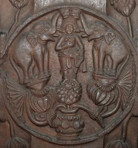 Gadzsalaksmí, azaz az Laksmí elefántokkal. Domborműves medalion a bhárhuti sztúpa kerítéséről. Bharhut, Madhya Pradesh, i. e. 2. század. Indian Museum, Kolkata